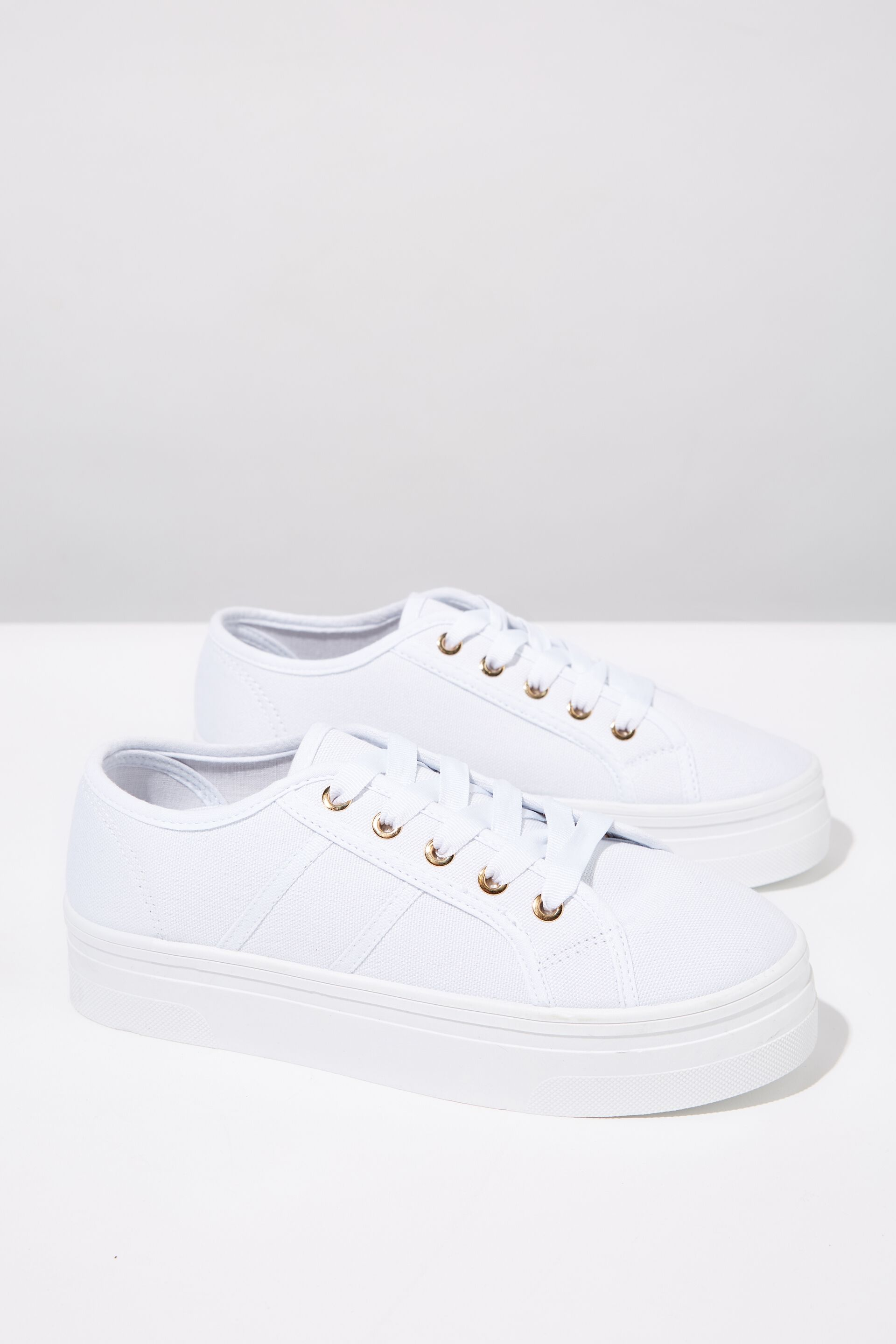 shoes, converse, white shoes, red stripe, jeans Wheretoget