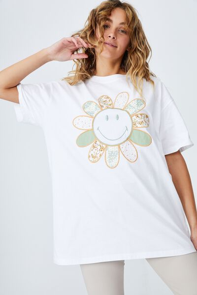 The Relaxed Boyfriend Graphic License Tee, LCN SMI SMILEY PATCHWORK APPLIQUE/WHITE