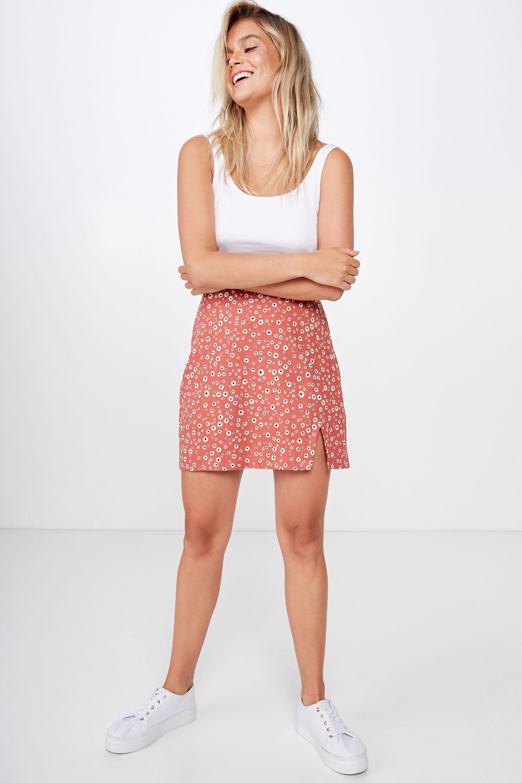 Skinny teen babe in jeans skirt provides her butt